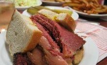 Le sandwich cacher avec la viande fumée