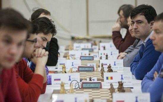 Des joueurs d'échecs lors d'un tournoi à Jérusalem, le 25 février 2015. (Crédit : Yonatan Sindel / Flash90)