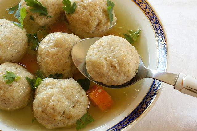 Boulettes de matzah, plat traditional des ashkénazes et juifs originaires de l'Europe de l'Est.