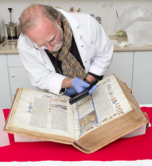 Michael Magen, directeur du laboratoire de préservation du papier au Musée d'Israël, examine le Mishna Torah du Rambam (Photo: Oleg Kalachnikov, Musée d'Israël)