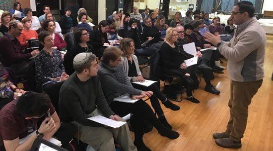 Le rabbin David Ingber dirige un cours en mars 2016 à Romemu, la congrégation du renouveau juif à New York, qui ouvrira une yeshiva l'année prochaine. (Scott Osman)