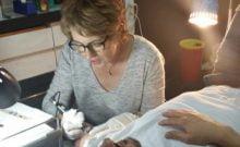 Artiste refoulée en Russie, cette grand-mère devient tatoueuse en Israël