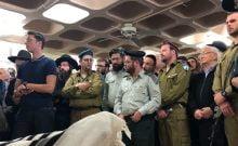 Des membres du bataillon haredi orthodoxe Netzah Yehuda pleurent la mort de Yosef Cohen à ses funérailles, le 14 décembre 2018. (Sam Sokol)