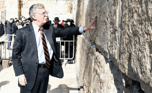John Bolton se rend au Mur des Lamentations pour irriter les Palestiniens