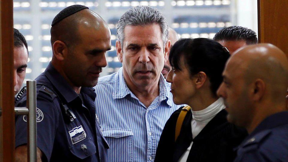Photo prise le 5 juillet 2018 montrant Gonen Segev (C), un ancien ministre israélien, dans un tribunal de Jérusalem afp.com/RONEN ZVULUN
