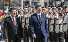 Le Premier ministre slovène Miro Cerar (à droite) est accueilli par le Premier ministre macédonien Zoran Zaev (à gauche) et sa garde d'honneur lors d'une cérémonie de bienvenue à Skopje, le 3 avril 2018 (PHOTO AFP / Robert ATANASOVSKI)