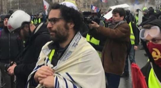 Un manifestant juif avec les gilets jaunes