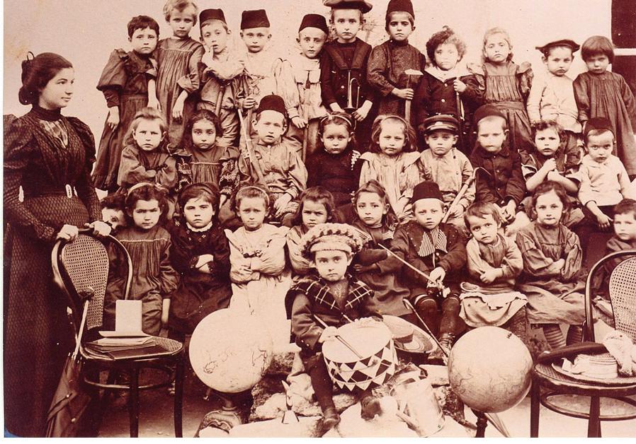 Un jardin d'enfants à Rishon Lezion, vers 1898... (crédit photo : Wikimedia Commons)