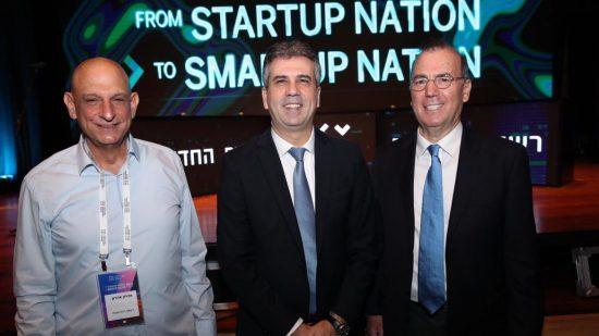 De gauche à droite, le directeur de l'Israel Innovation Authority, Aharon Aharon, en compagnie du ministre des Affaires économiques et de l'Industrie, Eli Cohen, et d'Ami Applebaum, scientifique en chef, à la conférence de l'IIA de janvier 2019. Photo par Oded Karni