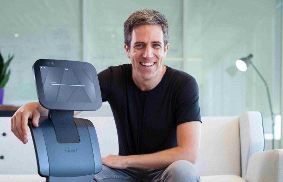 Le robot 'Temi' avec son fondateur Yossi Wolf
