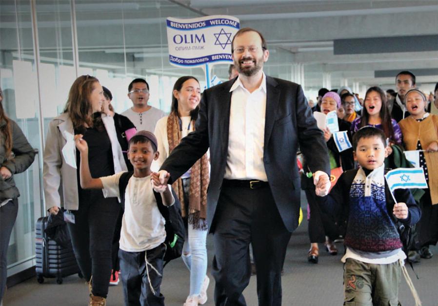 Michael Freund danse avec Bnei Menashe, une nouvelle immigration à l'aéroport Ben-Gourion.