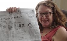 Heidi Fishman brandissant un éditorial qu'elle a écrit sur le sauvetage de sa famille de l'Holocauste en utilisant un passeport paraguayen. (Gracieuseté de Fishman)