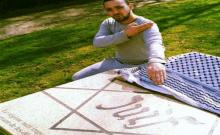 Un individu se dénommant Arnaud Chavez, meneur des gilets jaunes pour Mézières, s'exhibe sur Facebook et d'autres Réseaux sociaux devant une stèle élevée à la mémoire des victimes de la bar