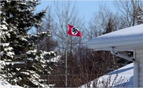 Le drapeau nazi hissé en haut d'un mât au Canada // Photo: télévision canadienne