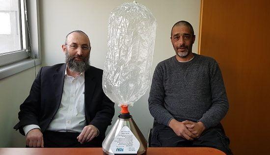 Lior Meshulam et le rabbin Menachem Perl avec l'appareil adapté au chabbat (Photo: Shmulik Klein)