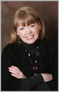 Sharon E. McKay est canadienne. Elle écrit essentiellement pour la jeunesse et les jeunes adultes. Elle a reçu plusieurs prix et associe souvent Histoire et fiction dans ses romans.