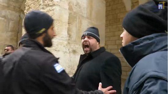 Un fonctionnaire du Waqf jordanien hurlant et harcelant des Juifs sur le mont du Temple