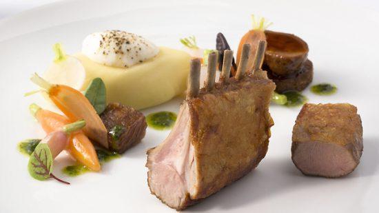 Côtes d'agneau rôties, purée de pommes de terre et petits légumes