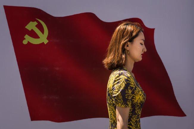 Ouïgours qui vivent dans le Xinjiang voient des symboles et des images du Parti communiste chinois tous les jours. (© Wang HE/Getty Images)