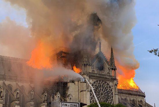 Un symbole national. Un immense incendie a sévi dans l'ancien bâtiment gothique, Paris Photo: AFP