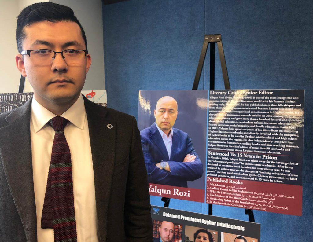 Kamaltürk Yalqun, debout, à côté d'un poster avec l'image de son père Yalqun Rozi. D'origine ouïgoure, M. Yalkun a été mis en prison par le gouvernement chinois. (Département d'État/Linda D. Epstein)