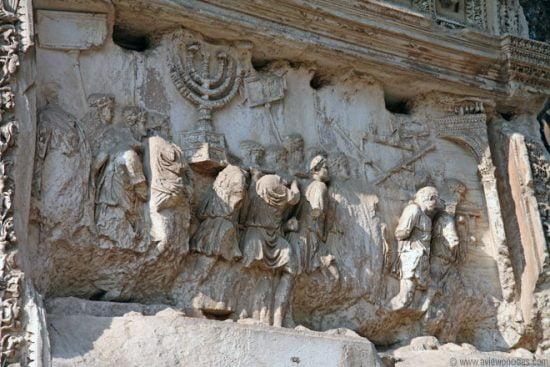 Le symbole de la menorah sur l'Arc de Titus à Rome