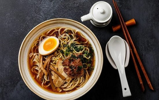 Nouilles asiatiques Ramen dans un bouillon avec de la viande (Lisovskaya; iStock de Getty Images)