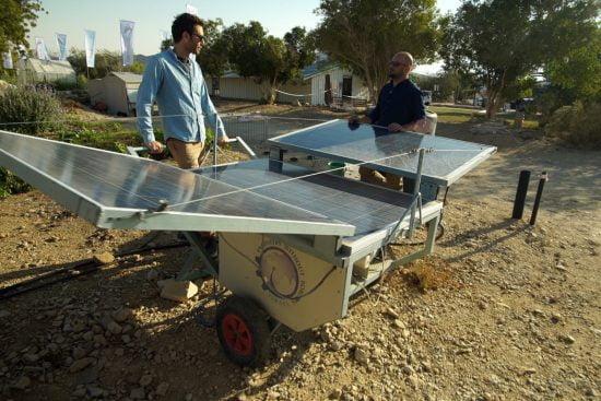 Jonathan Haran et Victor Haym Hajaj, cofondateurs de Sustainable Group, avec les panneaux solaires.