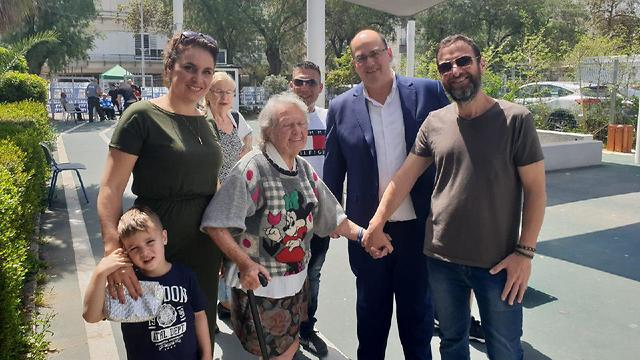 Israël : âgée de 86 ans, elle sort de chez elle pour la première fois en 15 ans pour aller voter