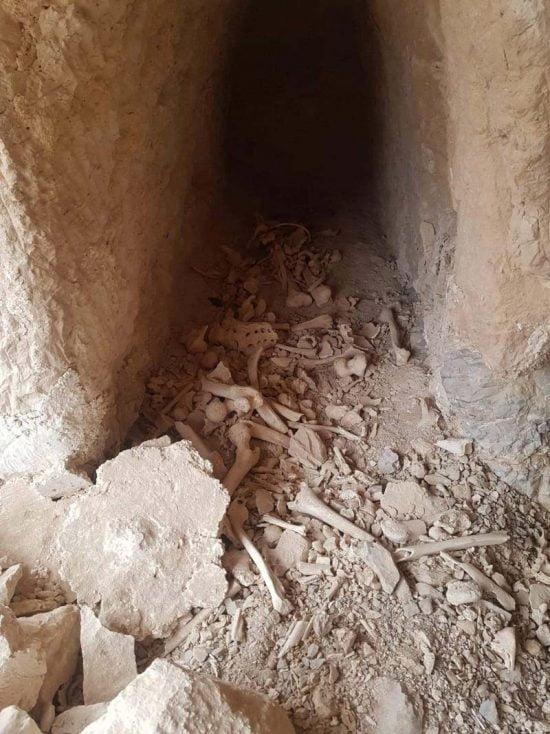 Des ossements dispersés dans une grotte funéraire profanée près de Jéricho. Photo : Regavim