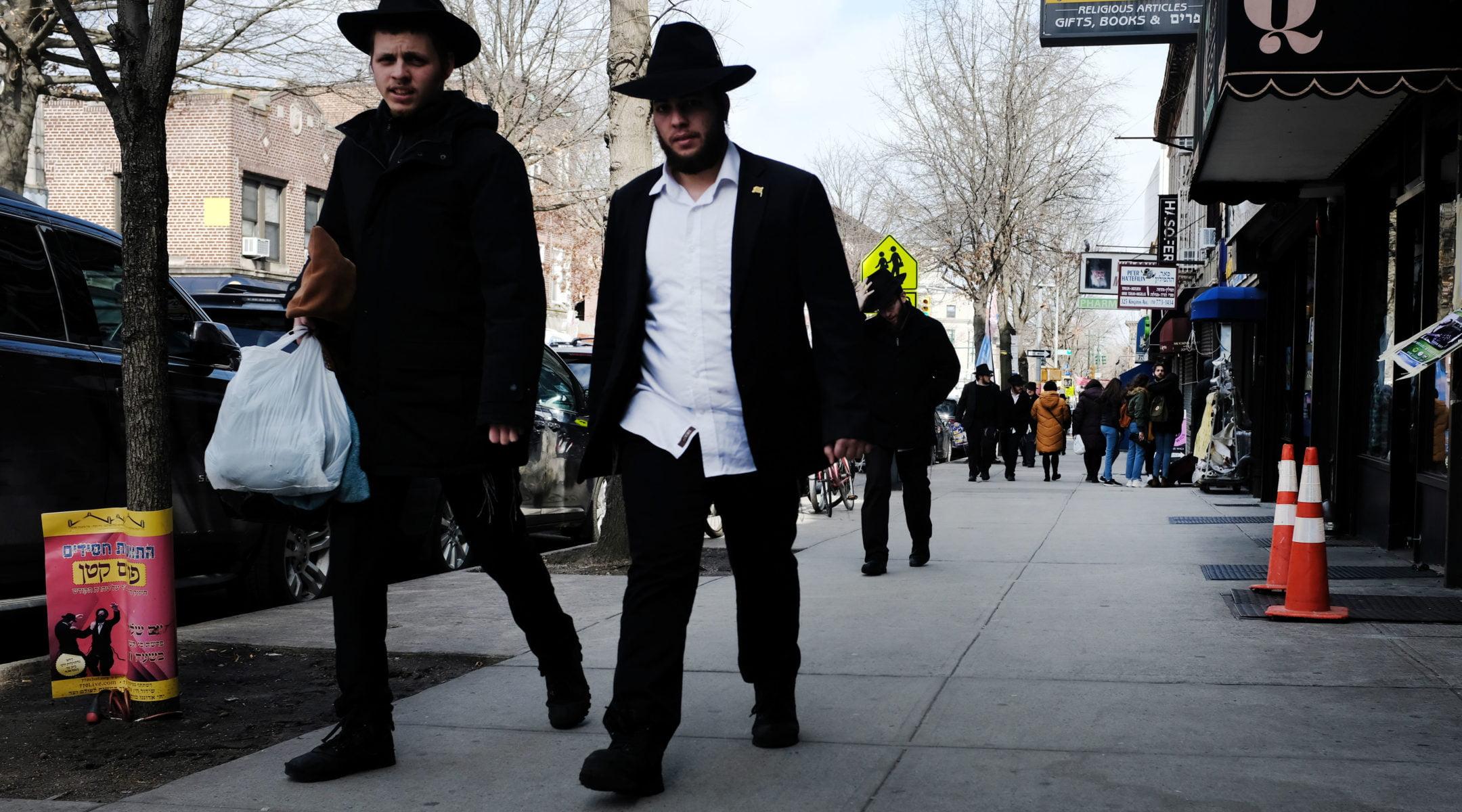 Des hommes juifs orthodoxes marchent dans le quartier de Crown Heights à Brooklyn, le 25 février 201