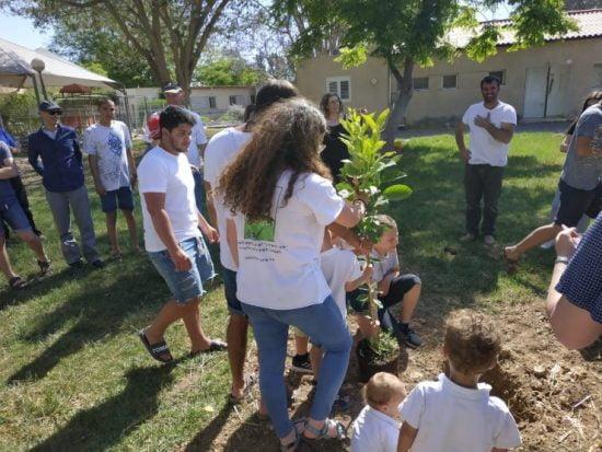 Des étudiants du sud d'Israël plantent des arbres dans les cratères de roquette