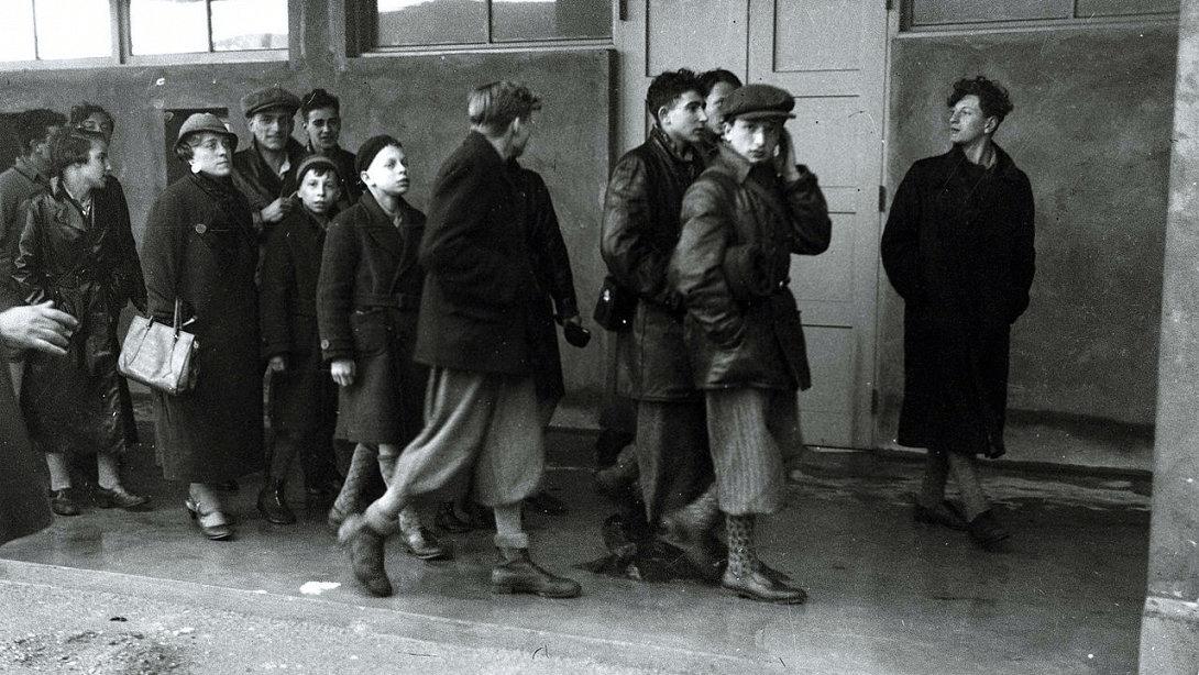 Février 1934. — Le premier groupe de juifs allemands de la Jugend-Alija (immigration de la jeunesse) débarque au port d'Haïfa.