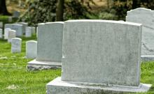 Ils profanent un cimetière juif et l'iun d'entre eux se retrouve coincé sous une stèle