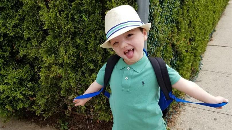 """J'ai prié pour que Yehuda continue à pleurer"""": les parents qui font tout pour sauver leur fils qui a été b"""