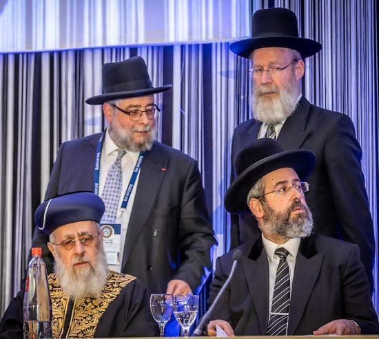 Les grands rabbins d'Israël YItzhak Yossef, en bas à droite et David Lau, en bas à gauche, et Rabbi Goldschmidt, en haut à gauche.