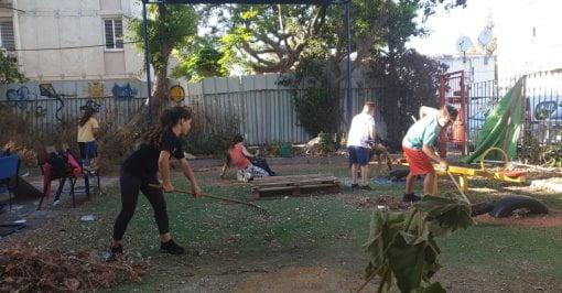 opération nettoyage jardin abandonné à Bat-Yam par des enfants