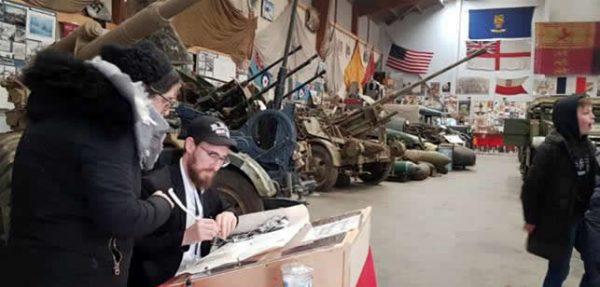 Écrire des lettres dans un sefer Torah au musée militaire local de la Seconde Guerre mondiale. Crédit: Chabad.org/News.