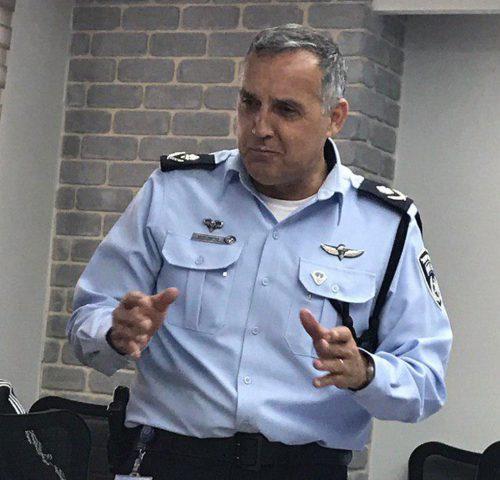 L'enquêteur en chef de la police, le général de division Gadi Siso, reprend l'affaire