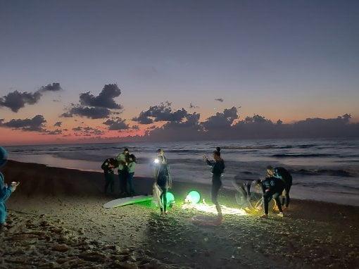 Surfer la nuit à Bat-Yam en Israël
