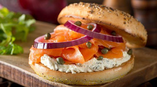 Un bagel avec du saumon fumé et du fromage à la crème est extrêmement malsain. Le bagel seul a l'équivalent nutritionnel de cinq tranches de pain blanc. (Fudio / Getty Images)