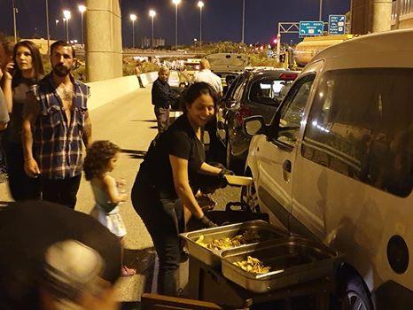 Israël : bloquée dans les embouteillages, elle dresse une table au milieu de la route