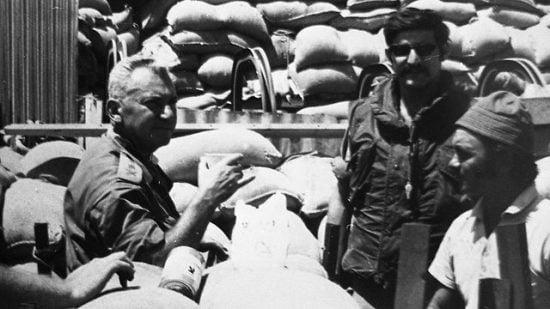 Le chef d'état-major Haim Bar-Lev rend visite aux troupes dans le Sinaï, 1970 (Photo: Collection Dan Hadani, Bibliothèque nationale)