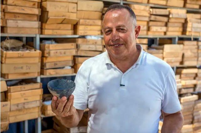 Le docteur Jacob Vardi tient une poterie découverte sur le site