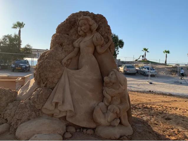 Blanche neige et les 7 nains sur le sable de Ashkelon en Israël