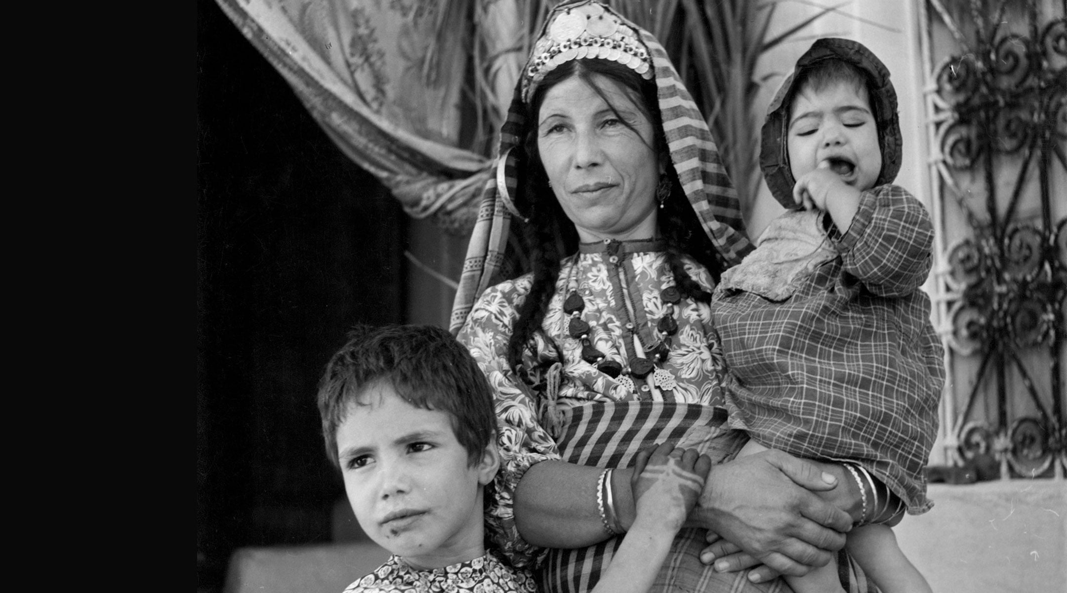 Une mère juive et ses enfants sont photographiés devant une synagogue à Djerba, en Tunisie, le 1er janvier 1950. Quelque 850 000 réfugiés de Tunisie et d'autres pays arabes ont été expulsés de leurs pays après la création d'Israël.