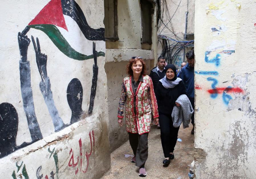 L'actrice et militante sociale hollywoodienne Susan Sarandon se promène avec Mariam Shaar, une entrepreneure palestinienne dans le camp de réfugiés de Burj al-Barajneh à Beyrouth, au Liban, le 4 mars 2019.