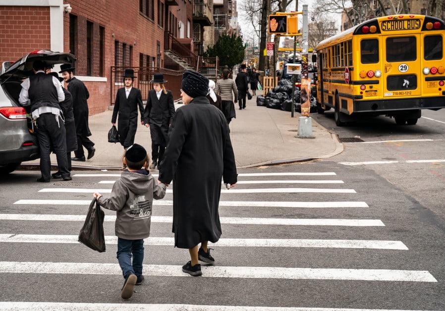 UN HOMME JUIF ET SON FILS ADOLESCENT POIGNARDÉS AVEC UN CUTTER À L'EXTÉRIEUR DE LA SYNAGOGUE DE BROOKLYN