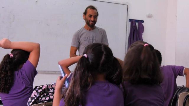 Shai enseignant juif dans une classe arabe