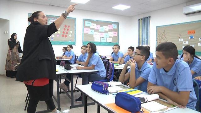 Yael dans sa classe avec des élèves arabes